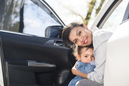 Características de seguridad en autos para mamás conductoras