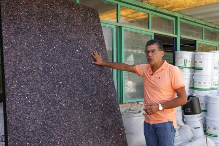 """Ingeniero mexicano crea """"madera plástica"""" para construir casas resistentes a sismos"""
