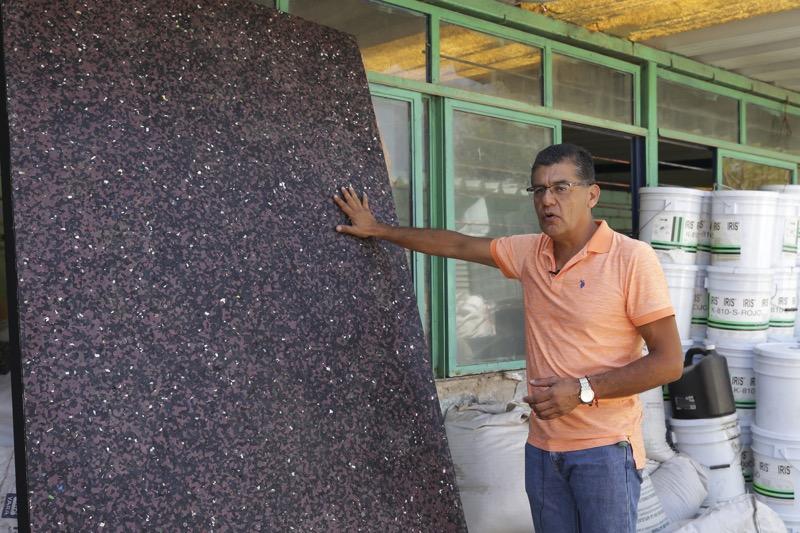"Ingeniero mexicano crea ""madera plástica"" para construir casas resistentes a sismos - ramon-martin-espinosa-solis-con-ecoplastico_webadictos-800x533"