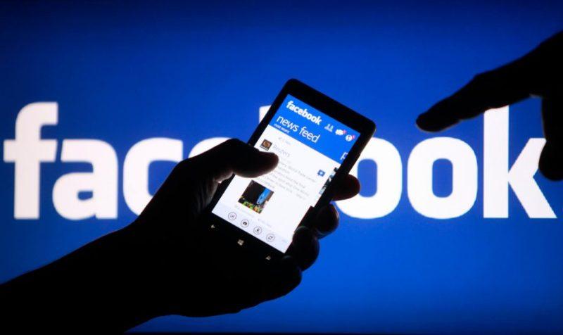 Moderadores de Facebook se enfrentan a condiciones precarias de trabajo, hostigamiento y estrés postraumático, señala reportaje - facebook-on-phone