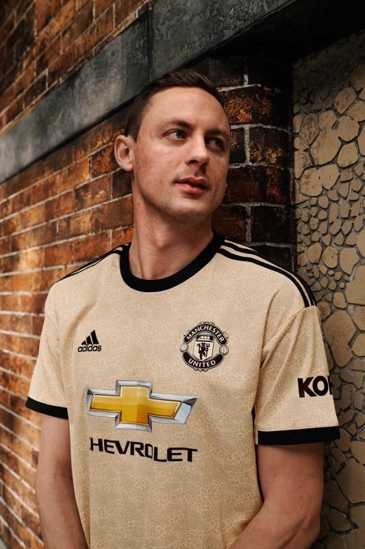 adidas y Manchester United lanzan el uniforme inspirado en el arte de la ciudad - matic_110_retouched-533x800