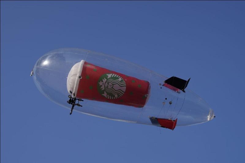 Vaso navideño de Starbucks en el cielo de la CDMX anuncia la llegada de la Navidad - navidad-starbucks-800x533