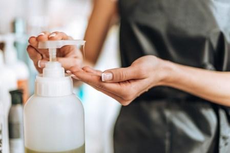 La importancia de mantener las manos hidratadas después de utilizar gel anti bacterial