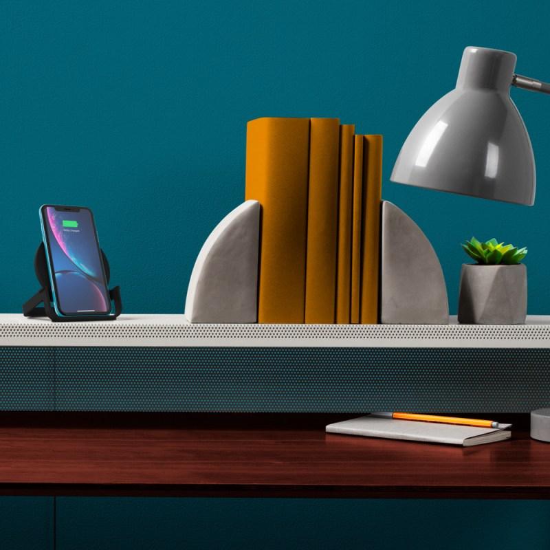Día del Padre: Para el Héroe de tu vida un gadget con super poder - belkin-walmart-f7u083blk-wireless-charging-stand-lifestyle-desk-v01-r01-6000x6000-us-800x800
