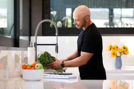 Cómo evitar subir de peso mientras trabajas desde casa