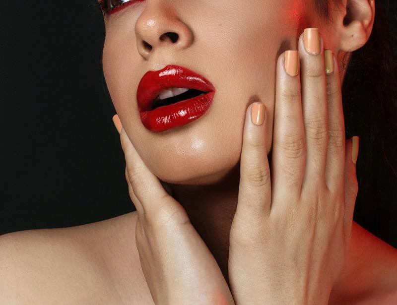 Apps que pueden ayudarte a descubrir el tono perfecto de lipstick para ti - rojo-seductor-800x615