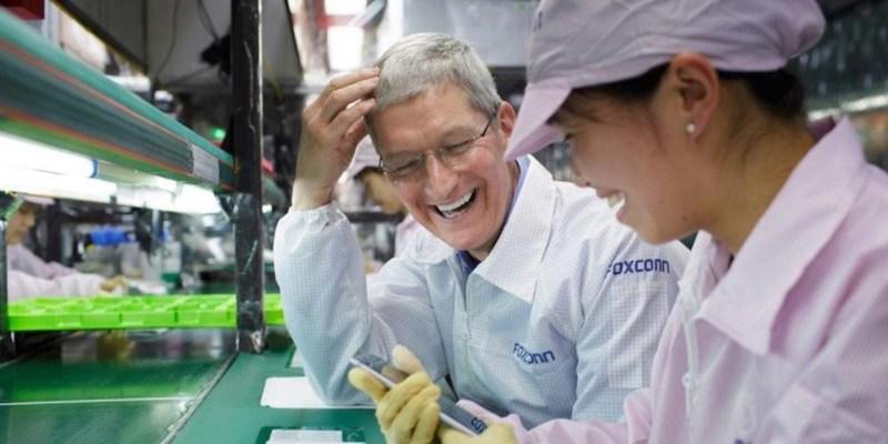 iPhone podría fabricarse en México: Foxconn considera abrir nueva fábrica en este país - tim-cook-foxconn-employee