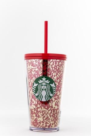 Starbucks tiene opciones perfectas para regalar en esta época - starbucks_tumbler-rojo