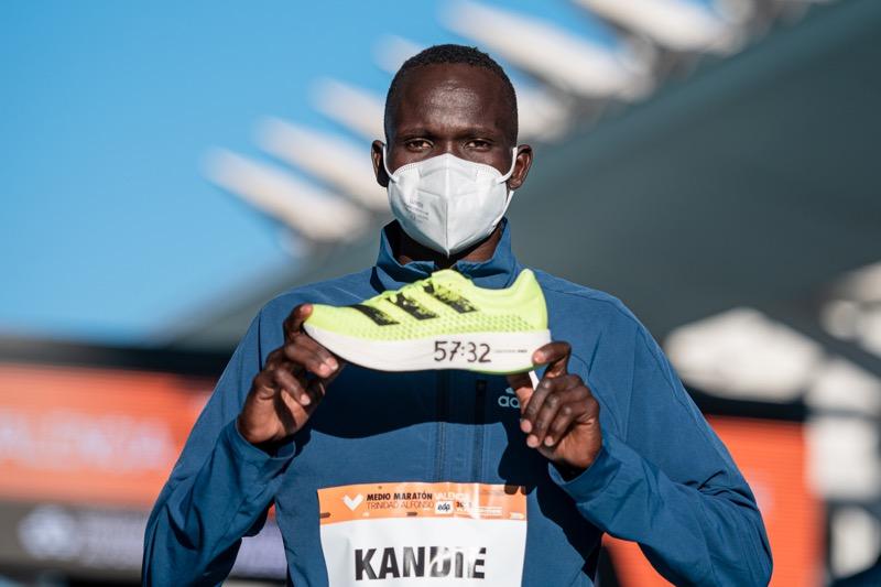 Kibiwott Kandie rompe récord mundial de medio maratón usando los adidas adizero adios Pro - kibiwott-kandie-breaks-the-half-marathon-world-record-wearing-adidas-adizero-adios-pro_1