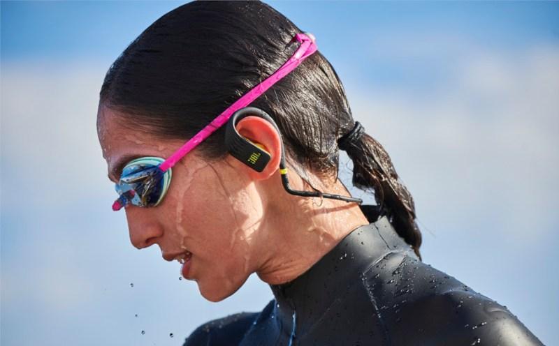 Para tus propósitos fitness, JBL presenta una selección de audífonos ideales para tu entrenamiento - jbl-audifonos-inalambricos-jbl-endurance-dive-800x496