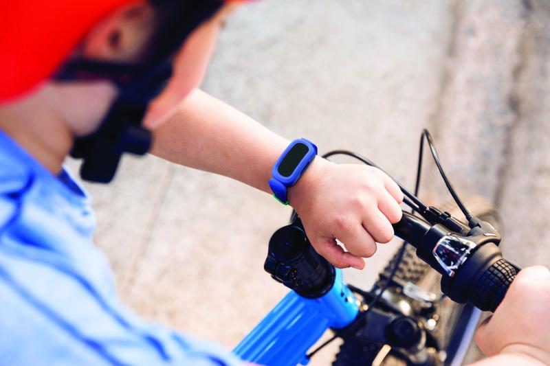 Fitbit Ace 3, con monitor de actividad de última generación para niños - fitbit-ace-3-lifestyle-cosmic-blue-sidewalk-boy-with-bike-061
