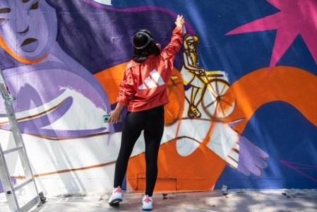 Míranos mover: foro de adidas que expresa la unión femenina a través del arte