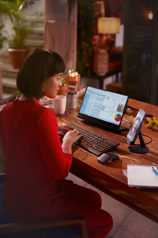 ¿Qué es y todo lo que puedes hacer con Ready For de Motorola? - readyfor-mobiledesktop-533x800