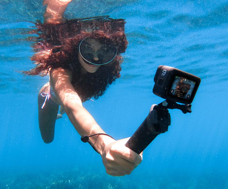Cómo capturar las mejores tomas bajo el agua este verano - gopro-news-gopro-as-a-snorkeling-dive-camera-handler