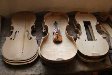 Minigeige in normaler Geige