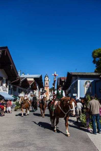 Pferdeabtrieb durch den Markt