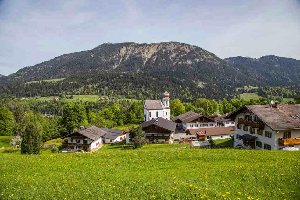 Blick auf Wamberg und die Kirche