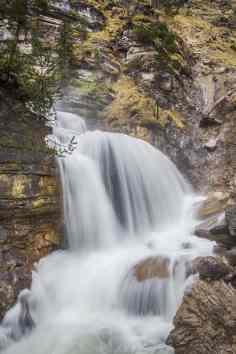 Tosende Kaskaden der Wasserfälle an der Kuhflucht