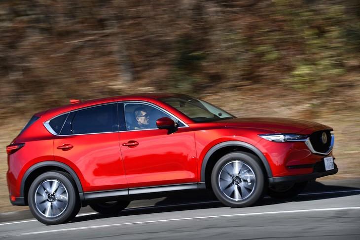 デビュー当初は受注台数の8割をディーゼル車が占めた「CX-5」だが、その後ガソリン車の比率が高まり2018年にはおよそ4割に。ユーザーの多様化に合わせて、エンジンラインナップも拡大されている。
