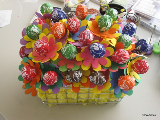 Bouquet of Tootsie Pops! Would be a cute party favor, centerpiece, teacher gift, get well gift, and more!