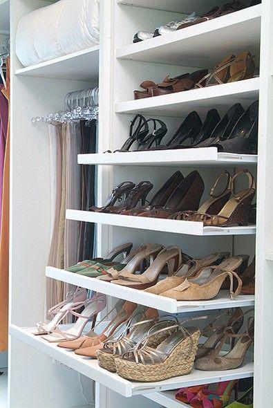 Em cada uma das prateleiras de correr, a moradora guarda seis pares de sapatos: três na frente e três at