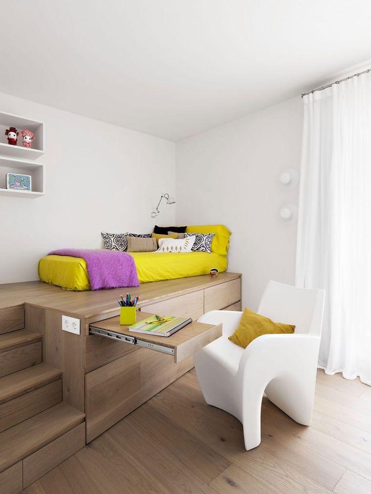 Une chambre avec estrade et tablette- bureau intégrée coulissante