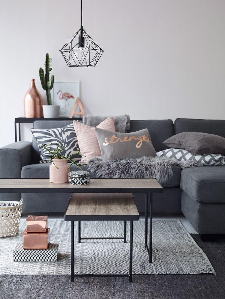 Woonkamer inspiratie | een grijze bank is een goede basis om kleur aan toe te voegen zoals roze & kope