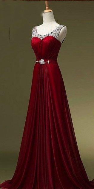 Precioso vestido color escarlata con piedras en la parte superior adornado con un cinturón de diamantes