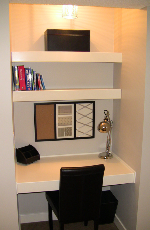Small built in desk – This would be awesome in the office!