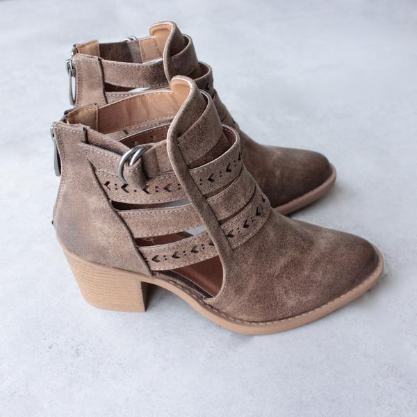 Material: Man-made, leatherette Sole: Synthetic Measurement: Heel Height: 2.5″ Fitting: True to size