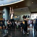 Dans contemporan printre cumpărătorii dintr-un mall bucureștean