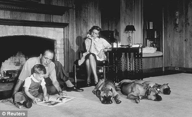 1952: Bogart, Bacall și fiul lor, Stephen, in casa lor din Los Angeles.