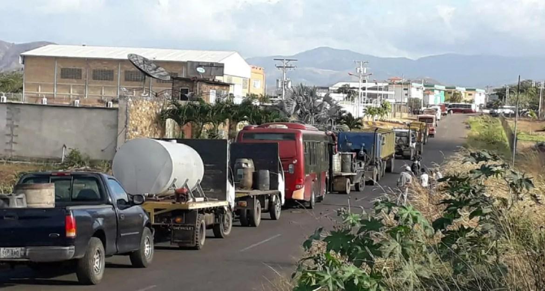 Largas colas evidencian escasez de gasoil en Altagracia