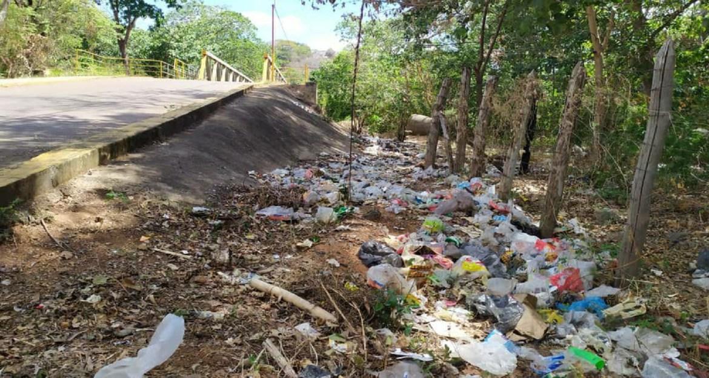 Vertedero de basura en la avenida de Botalón