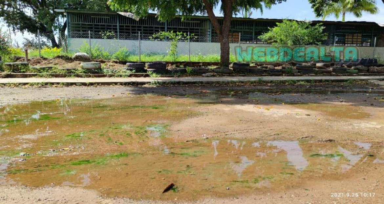 ¿Regreso a clases con aguas servidas desbordadas?