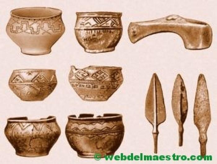 Vasijas, hacha y flechas de bronce-