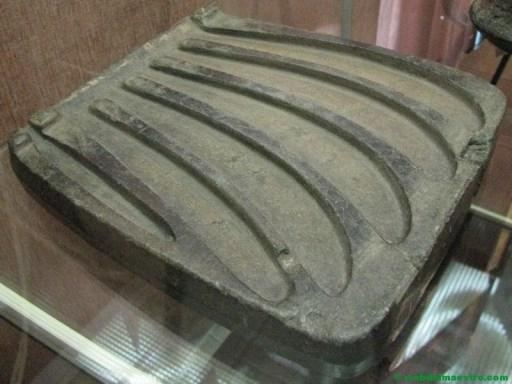 molde para la fundición de 5 hoces, la edad de bronce.