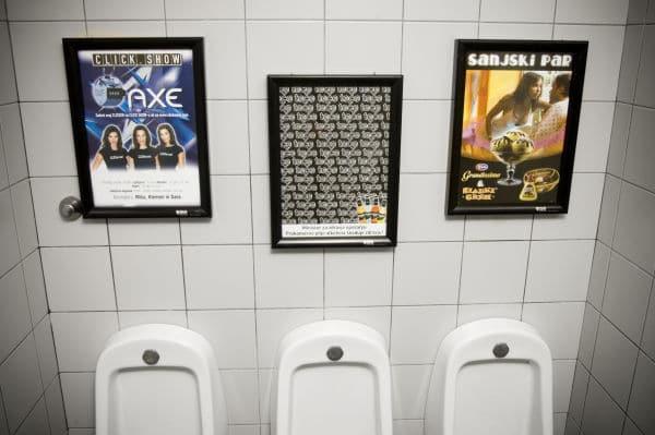 plakati u toaletima