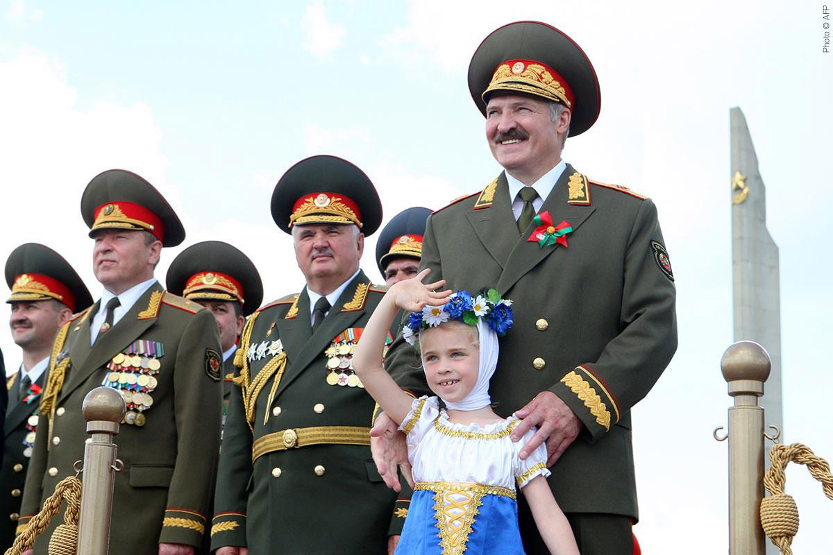 Alexandre Loukachenko assiste à la parade militaire commémorant le fête de l'indépendance le 3 juillet 2009 à Minsk.