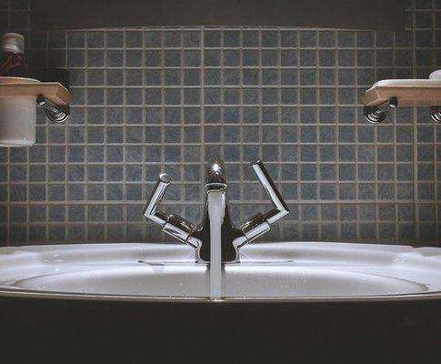 Как да премахнете запушването в мивката с помощта на домакински химикали?