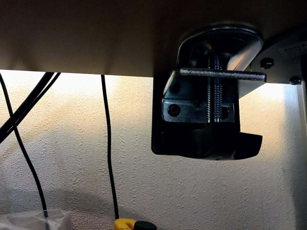 机の天板にアームの土台を固定