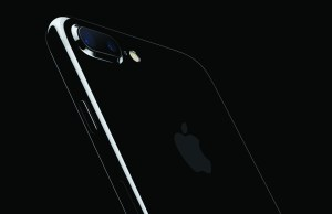 iphone7plus-jetblk-34br-leanforward-ob_pr-print