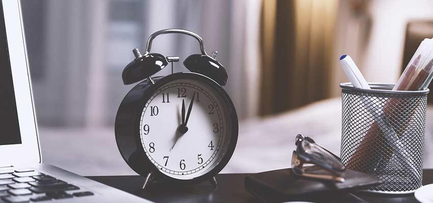 An alarm clock sitting on a desk