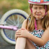 Что делать если распухло и отекло колено у ребенка. Болят колени у ребенка — что делать родителям