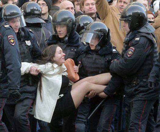 Фото. Эротичное задержание девушки на митинге в марте 2017