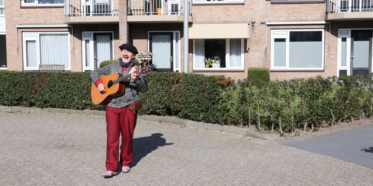 Bewoners Berghorst verrast door troubadour Rob Krot