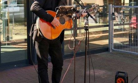 Muzikant komt bewoners Berghorst hart onder de riem steken