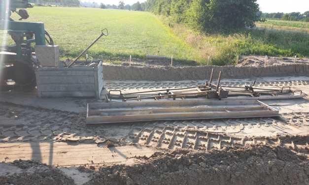 Fietspadbetonstortmachine gearriveerd op site Gorterlaan