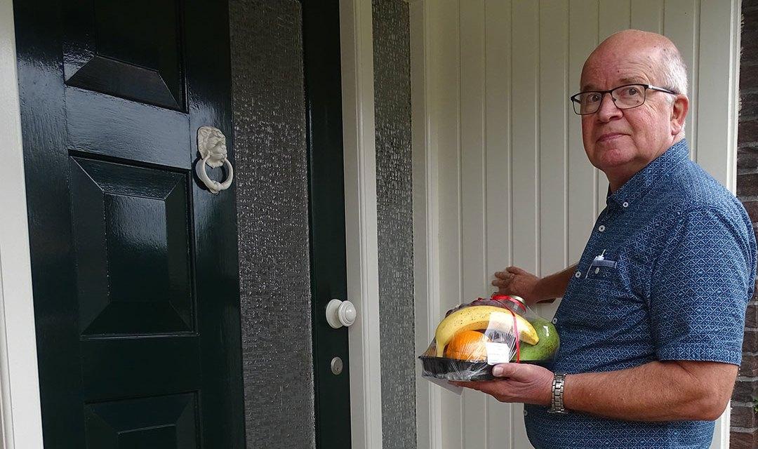De Zonnebloem deelt fruitbakjes met kaartjes uit