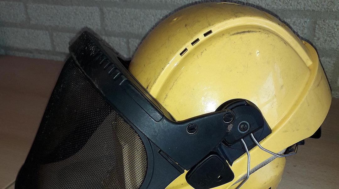 Gevonden! Veiligheidshelm met lang vizier en gehoorbescherming